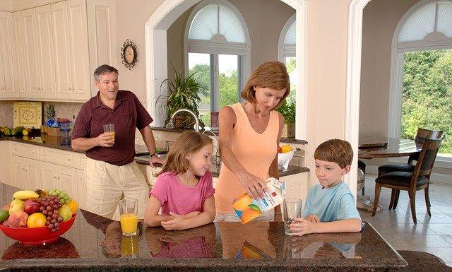 rodina s džusem