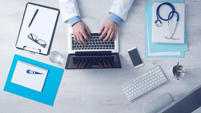lékařské potřeby, ruce, notebook, stetoskop
