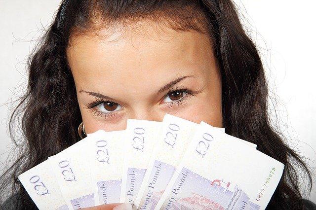 dívka s penězi