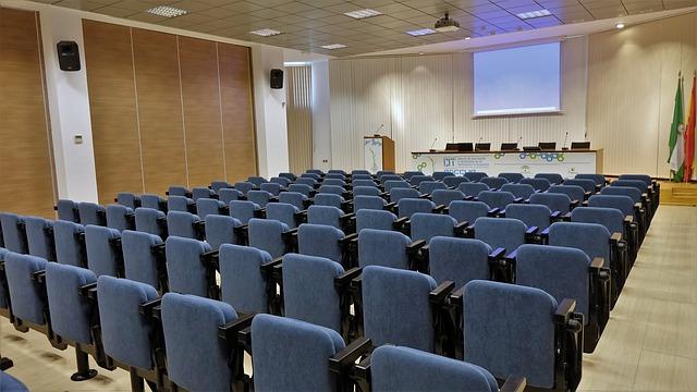 modré židle, přednáškový sál, řečnický pult