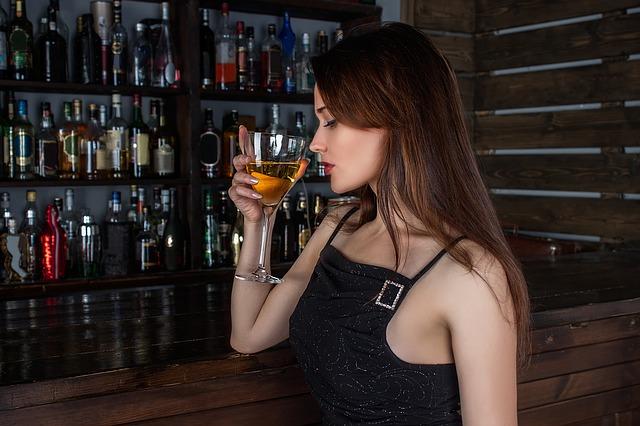 dívka a sklenice