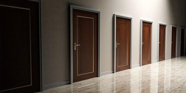 hnědé dveře