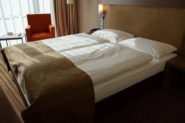 manželská postel v hotelu.jpg
