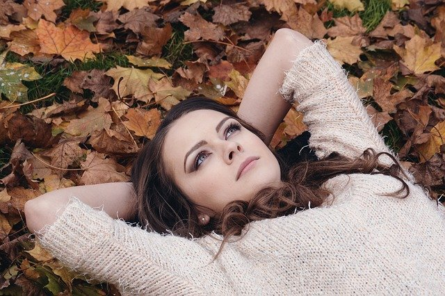 žena leží v listí