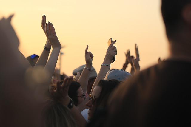 ruce fanoušků