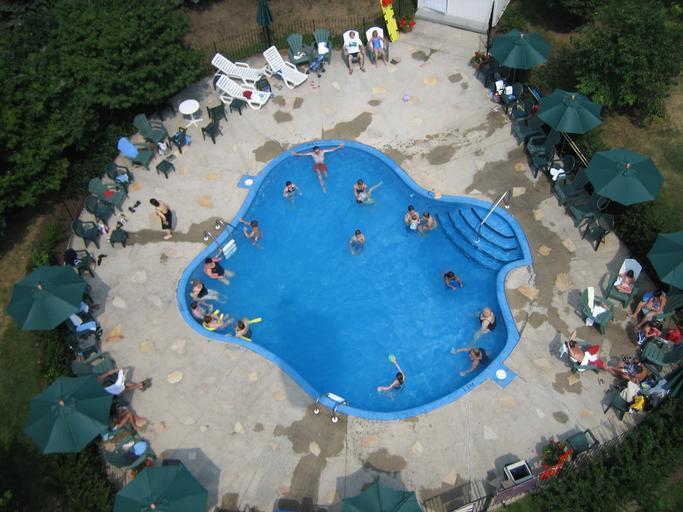 letecký pohled na velký zapuštěný bazén