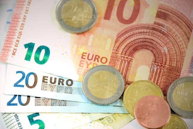 peníze, eura, mince a bankovky
