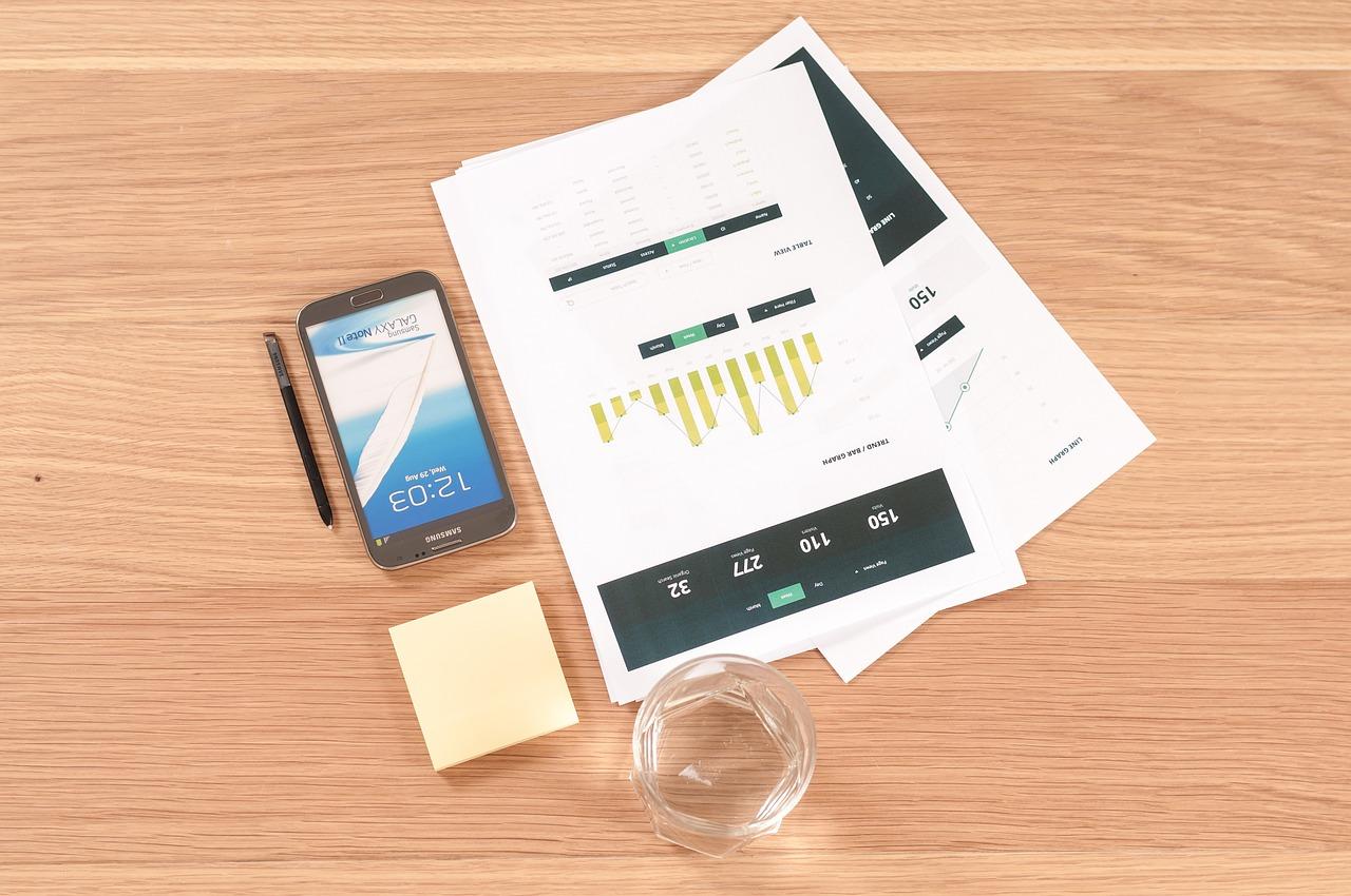 mobil na stole