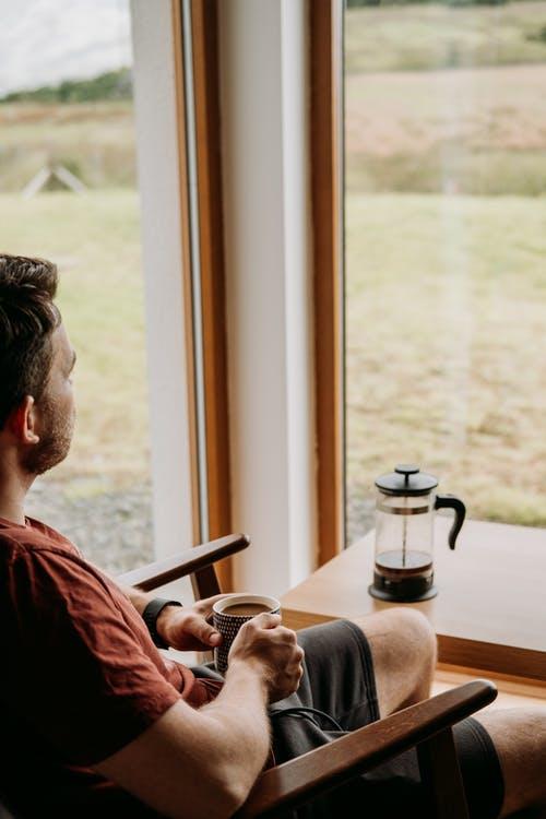 muž s kávou